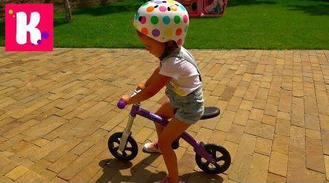 Видео Балансир M-cro и супер шлем / Катя учится ездить на беговеле / велобеге