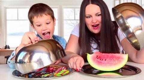 Видео Челлендж КОНФЕТЫ CANDY CANE Challenge / Угадай вкус ЕДЫ / Макс против Люды CANDY VS REAL