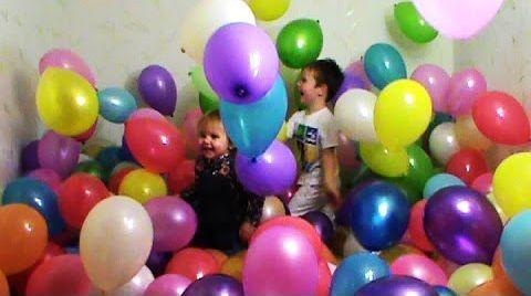 Видео Дети и много цветных воздушных шариков