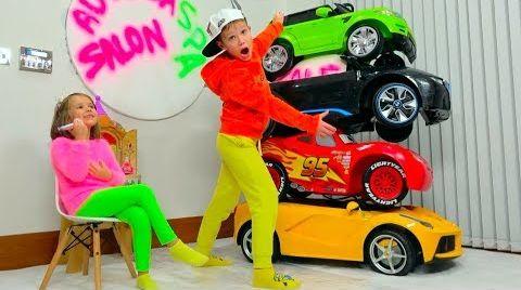 Видео Дети играют в магазин и катаются на спортивных машинках