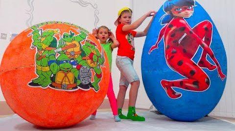 Видео Дети не делятся игрушками в огромных яйцах ЛедиБаг и Черепашки Ниндзя