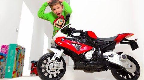 Видео Дети собирают мотоцикл и играют в игрушки