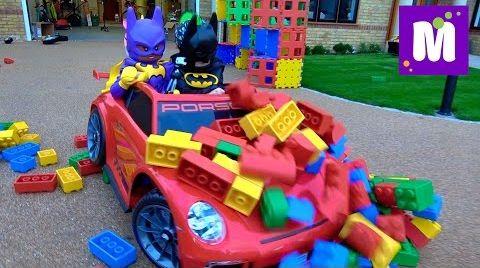 Видео Гигантский ЛЕГО/ Играем в Бэтмен / Крушим конструктор на детской машине