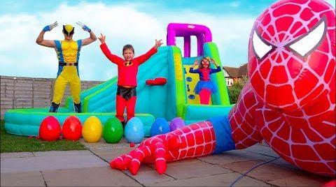 Видео Hulk готовит Максу праздничный завтрак а Spider-Man подарил гигантского надувного Человека Паука