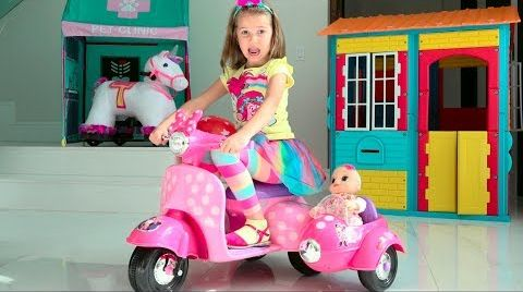 Видео Katy Pretend Play Easter Hunt with doll