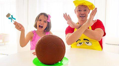 Видео Катя хочет шоколадный мяч от папы