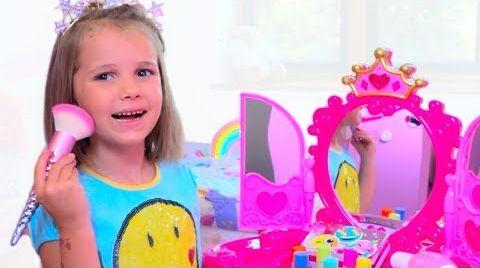 Видео Катя и игрушечная косметика для девочек