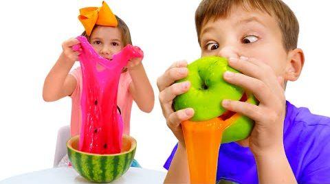 Видео Катя и Макс и их лизуны в фруктах