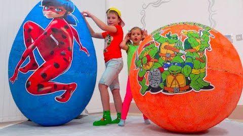 Видео Катя и Макс играют в игрушки в яйцах