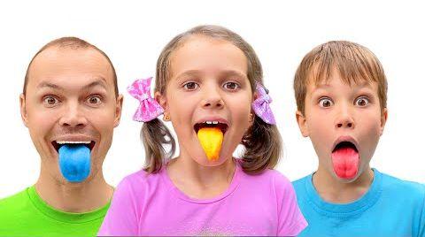 Видео Катя и Макс покрасили языки жвачкой
