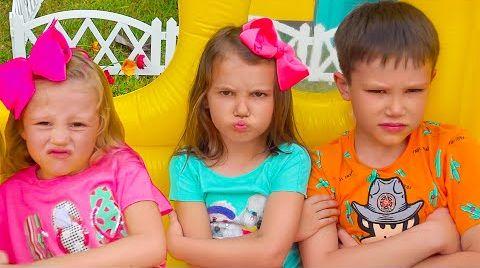 Видео Катя и Макс с Настей распаковывают сюрпризы