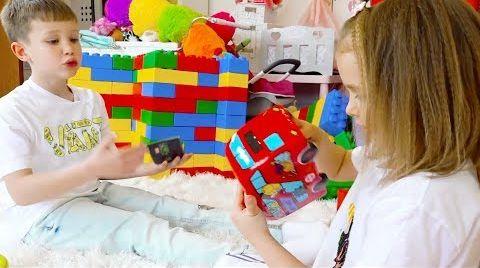 Видео Катя и Макс сами купили детский Батут
