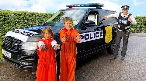 Видео Катя и Макс убежали от полицейской машины папы