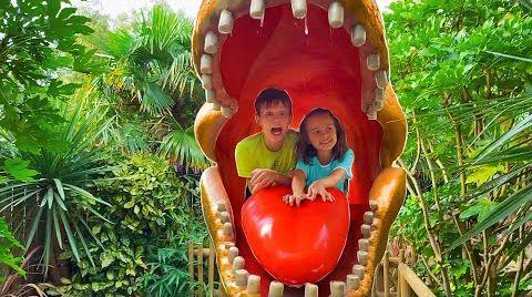 Видео Катя и Макс в парке Динозавров