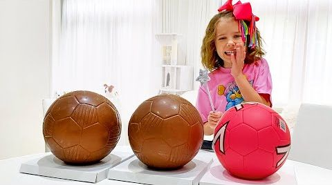 Видео Катя и папа не разрешают Максу разбить шоколадные шары