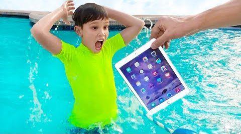 Видео Катя и папа уронили iPhone и iPad в воду