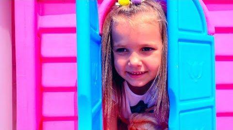 Видео Катя играем в дочки матери с Куклами и колясками на прогулке и детской площадке с бассейном