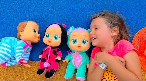 Видео Катя играет с куклами на детской площадке и ловит бабочек
