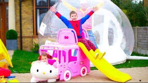 Видео Катя играет в машинки и купила автобус с кошечкой