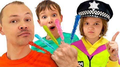 Видео Катя играет в полицейского с мальчиками