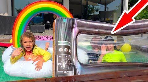 Видео Катя жадничает и НЕ делится с Максом надувными игрушками в бассейне или kids have fun in the pool