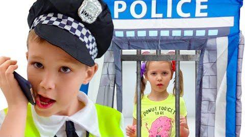 Видео Катя как полицейская помогает Максу с его поведением