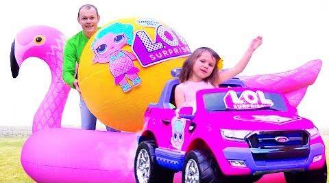 Видео Катя с папой играют в ЛОЛ гигантские шары