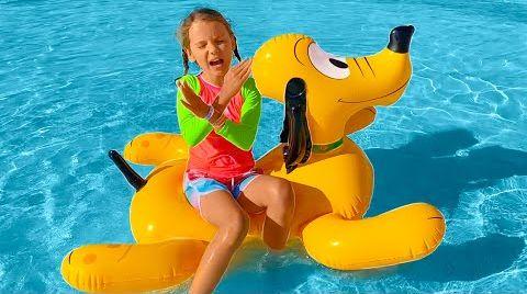 Видео Катя собралась играть с водой в парке развлечений