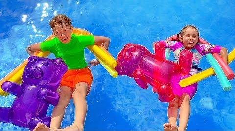 Видео Макс и Катя делят игрушки для игры с водой