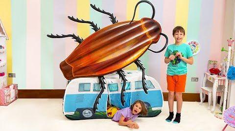 Видео Макс и Катя хотят играть в одной машинке с тараканами