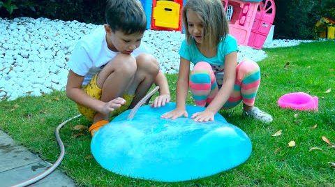 Видео Макс и Катя играют с большими игрушками для улицы