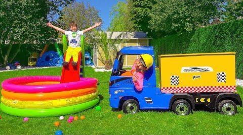 Видео Макс и Катя играют с электрическим грузовиком
