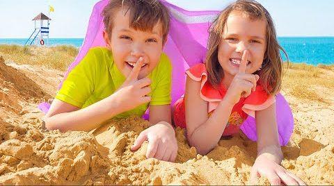 Видео Макс и Катя играют с песком на пляже