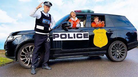 Видео Макс и Катя играют с полицейскими машинами