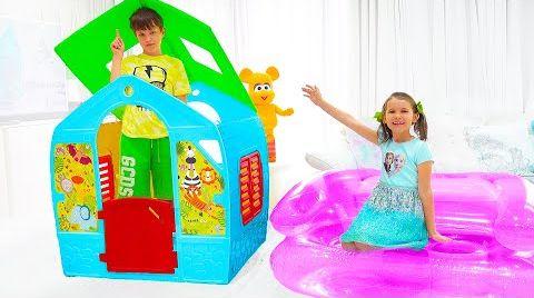 Видео Макс и Катя играют с Сюрпризами в домике