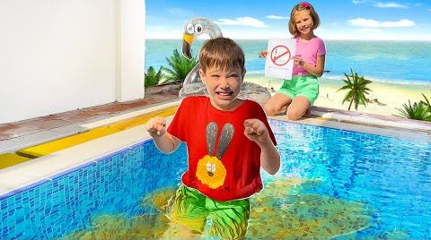 Видео Макс и Катя играют с водой на пляже