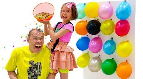 Видео Макс и Катя играют в новый челлендж с шариками