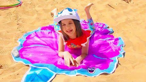 Видео Макс и Катя их игры с водой на пляже