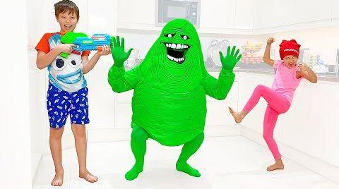 Видео Макс и Катя их надувные игрушки и костюмы