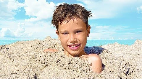 Видео Макс и Катя ищут сюрпризы в песке На пляже с папой
