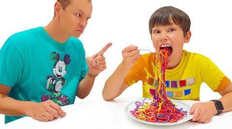 Видео Макс и Катя не могут поделить цветную еду