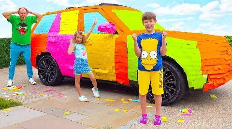 Видео Макс и Катя обклеили цветными наклейками машину папы