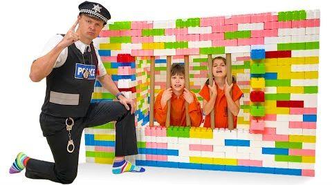 Видео Макс и Катя сбежали из Лего тюрьму