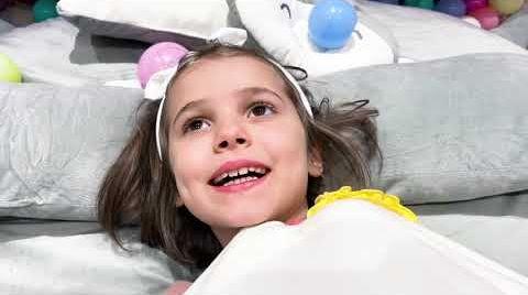 Видео Макс и Катя в новых кроватях в виде кошки
