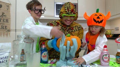 Видео Макс и папа делают зубную пасту для слона на Хеллоуин