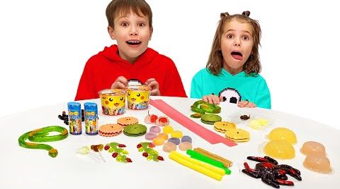 Видео Макс и папа играют с Катей в челлендж со сладкой едой
