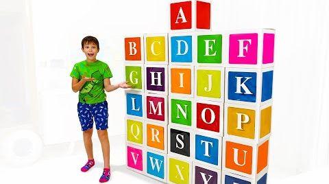 Видео Макс играет с цветными кубиками и учит буквы