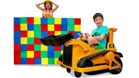 Видео Макс играет с конструктором Lego