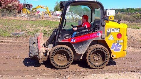 Видео Макс играет в Экскаватор парке и управляет строительными машинами
