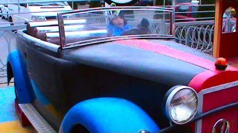 Видео Макс играет в машинки на детской площадке
